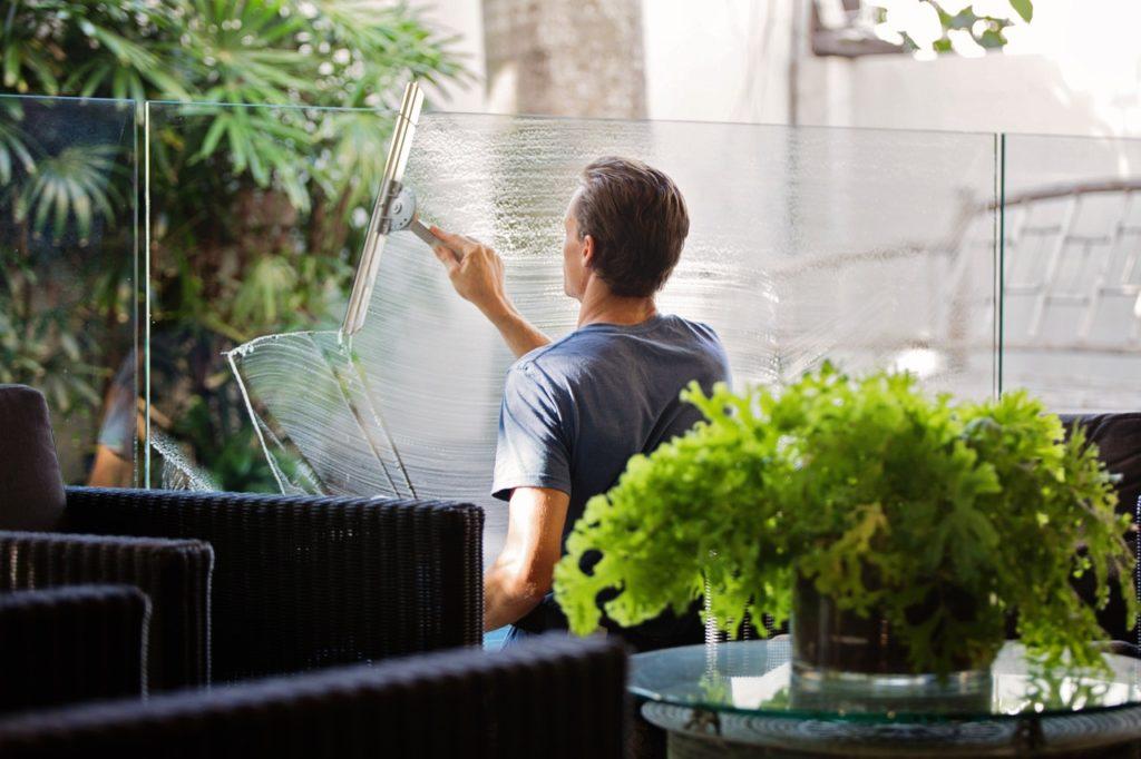 Solen Städservice cleaning window glass 03